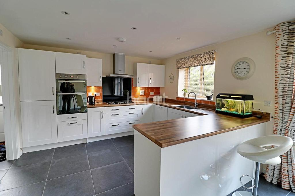 5 Bedrooms Detached House for sale in Henwood Grove, Clanfield