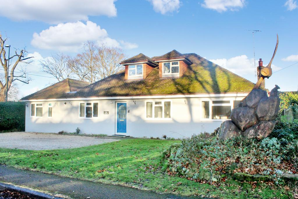 3 Bedrooms Detached House for sale in Central Storrington