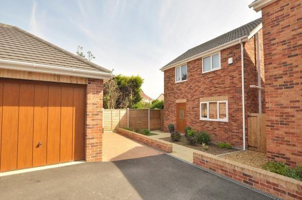 3 Bedrooms Detached House for rent in Dudsbury Court, Glissons, Ferndown