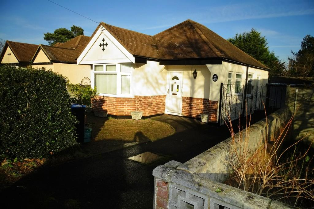 3 Bedrooms Detached Bungalow for sale in Farleigh Road, New Haw, Addlestone, KT15