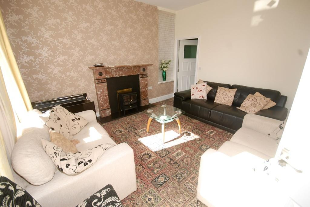 2 Bedrooms Apartment Flat for sale in Flat 2, First Floor, London Road, Buxton