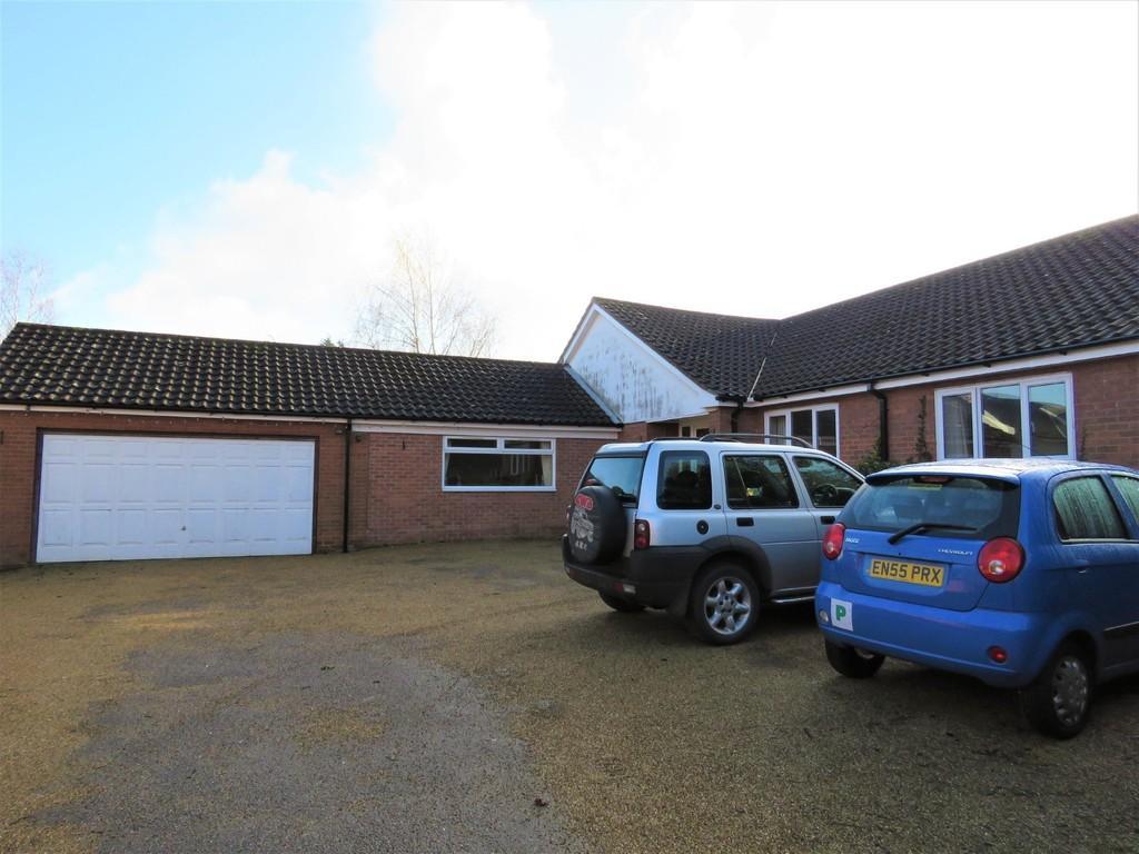 4 Bedrooms Detached Bungalow for rent in Manningtree, Essex