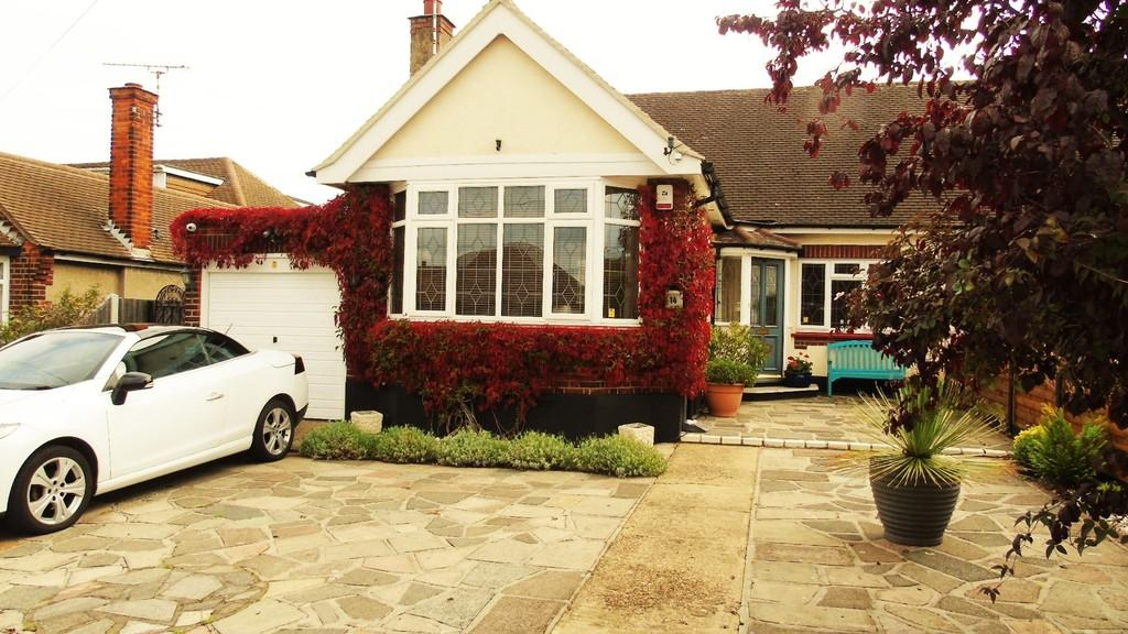 4 Bedrooms Semi Detached Bungalow for sale in Dulverton Avenue, Westcliff-on-Sea