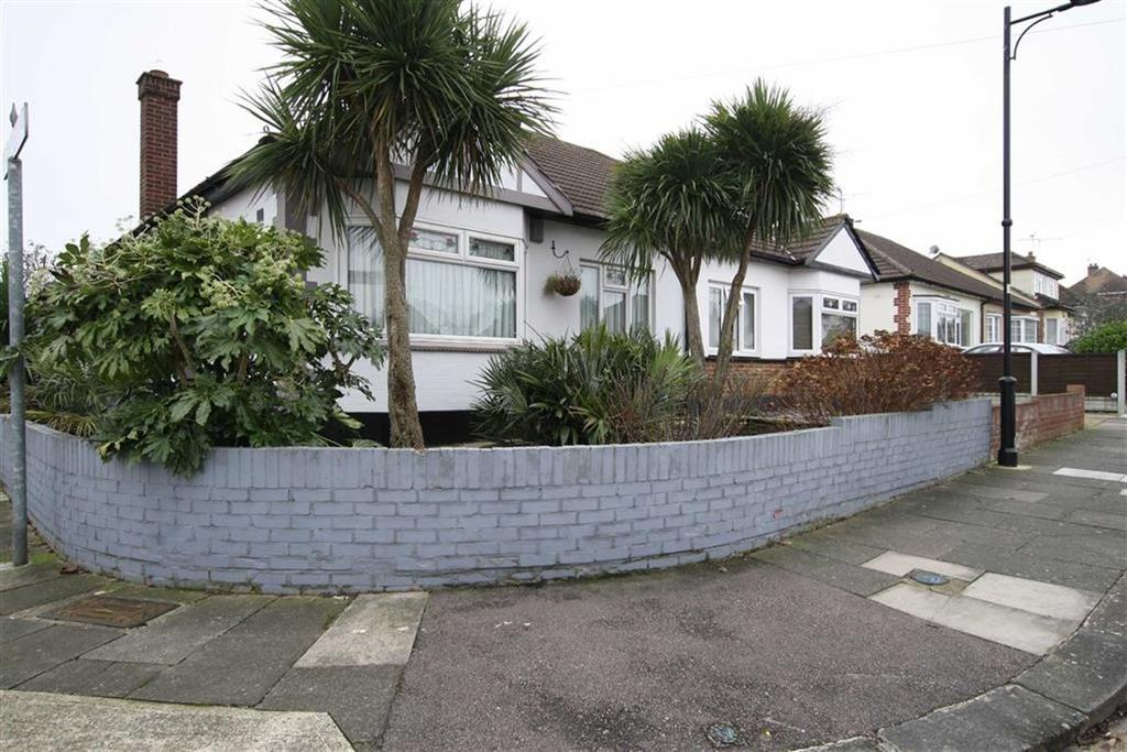 2 Bedrooms Semi Detached Bungalow for sale in Dulverton Avenue, Westcliff On Sea, Essex