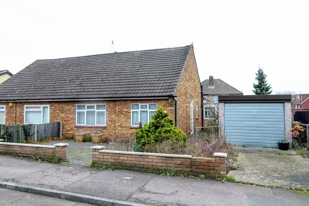 3 Bedrooms Semi Detached Bungalow for sale in Blenheim Road, Pilgrims Hatch, Brentwood, Essex, CM15