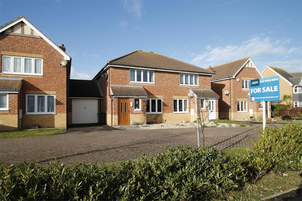 3 Bedrooms Semi Detached House for sale in David Newberry Drive, Lee-on-the-Solent, Hampshire