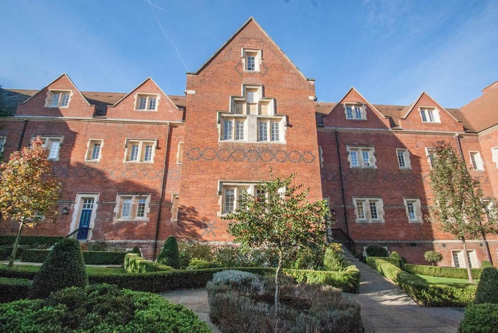 2 Bedrooms Ground Flat for sale in Tudor Court, The Galleries, Warley, Brentwood, Essex, CM14