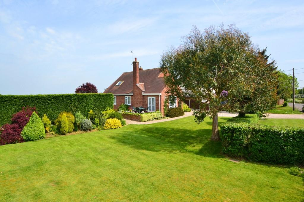 4 Bedrooms Chalet House for sale in Ongar Road, Writtle, CM1 3NZ