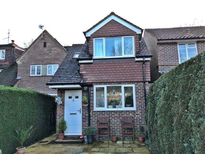 3 Bedrooms Detached House for sale in Albert Drive, Woking