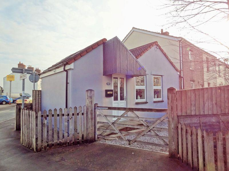 2 Bedrooms Detached Bungalow for sale in Bristol Road, Bridgwater