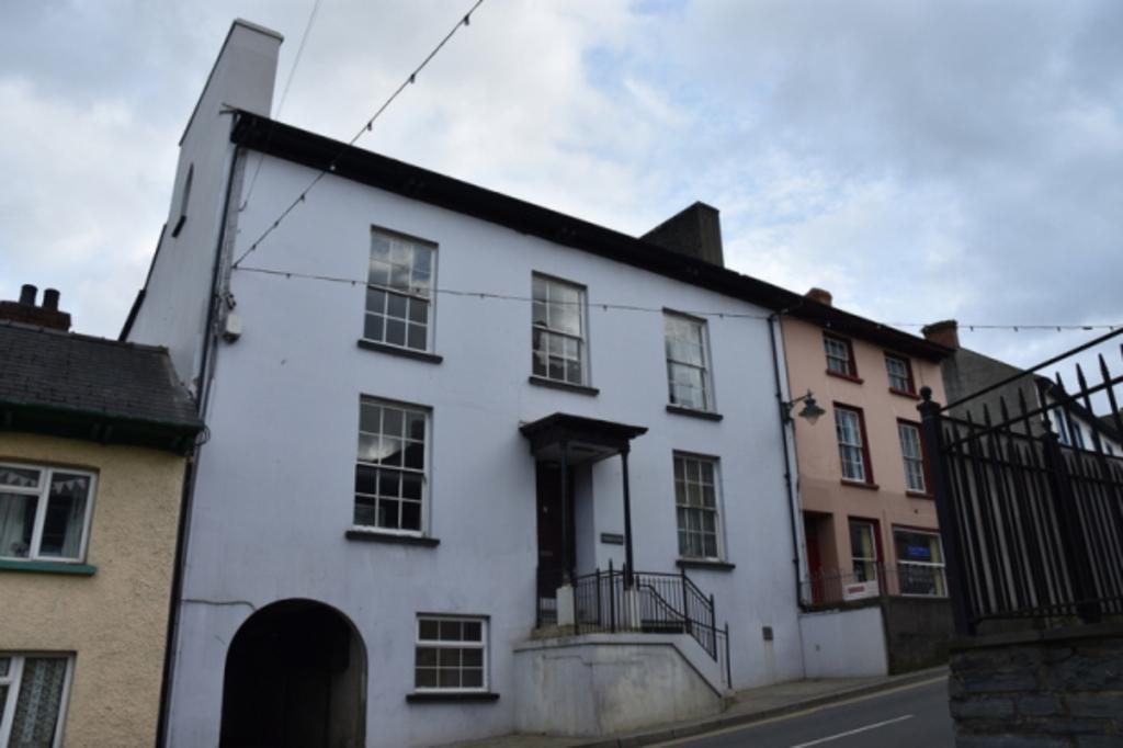 Bridge Street Newcastle Emlyn Carmarthenshire 2 Bed Apartment To Rent 420 Pcm 97 Pw