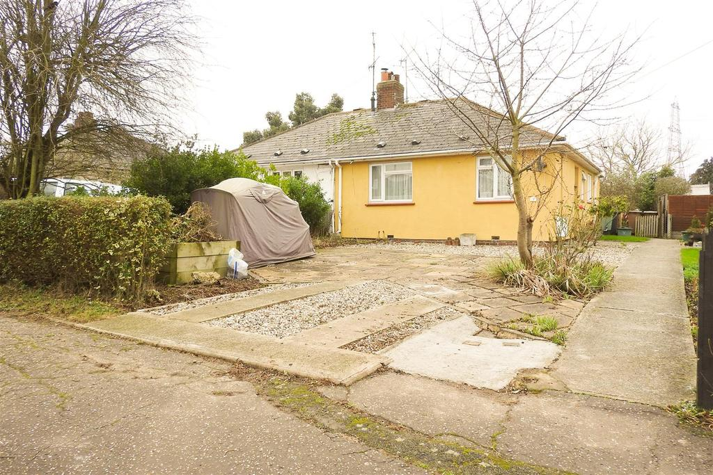 2 Bedrooms Semi Detached Bungalow for sale in Elm Way, Boreham