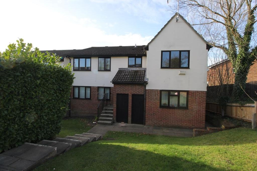 2 Bedrooms Flat for rent in Refurbished 2 bed flat - Billericay