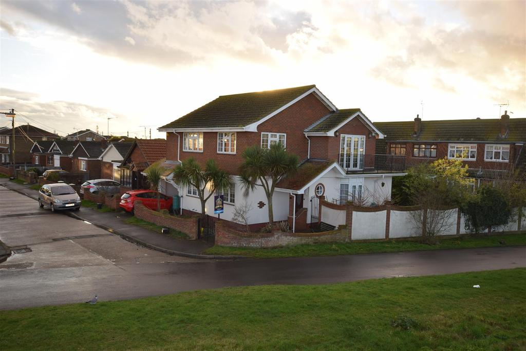 4 Bedrooms Detached House for sale in Rattwick Drive, Canvey Island