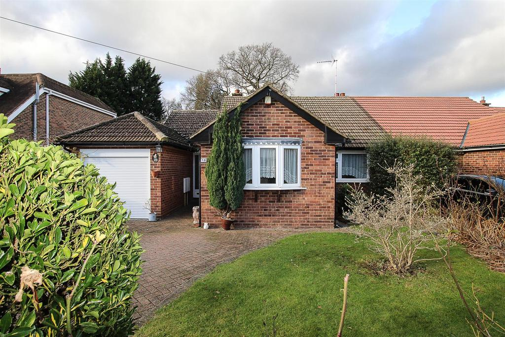 2 Bedrooms Semi Detached Bungalow for sale in Oakwood Avenue, Hutton, Brentwood