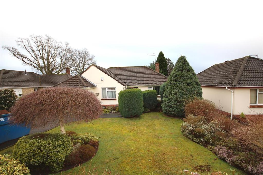 2 Bedrooms Detached Bungalow for sale in Steepleton Road, Broadstone