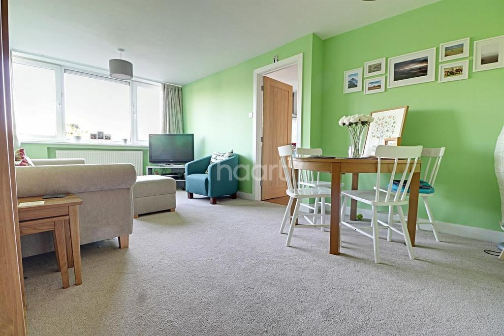 2 Bedrooms Flat for sale in Ray Lodge Road. IG8