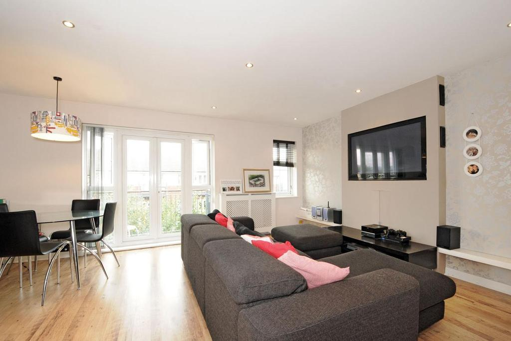 2 Bedrooms Flat for sale in Hemlock Close, Streatham
