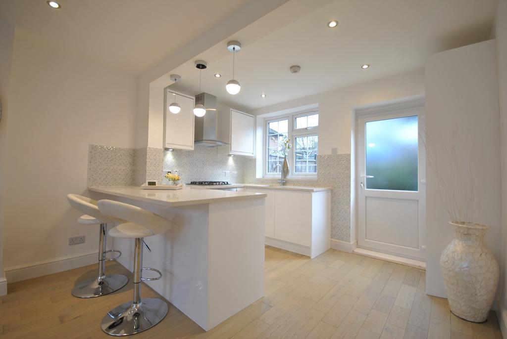 3 Bedrooms Semi Detached House for sale in Castleton Road London SE9