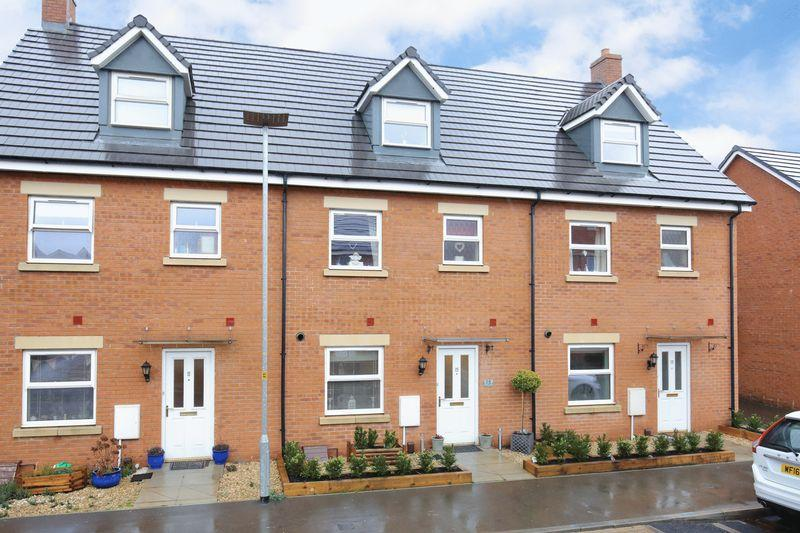 4 Bedrooms Terraced House for sale in Castlemead