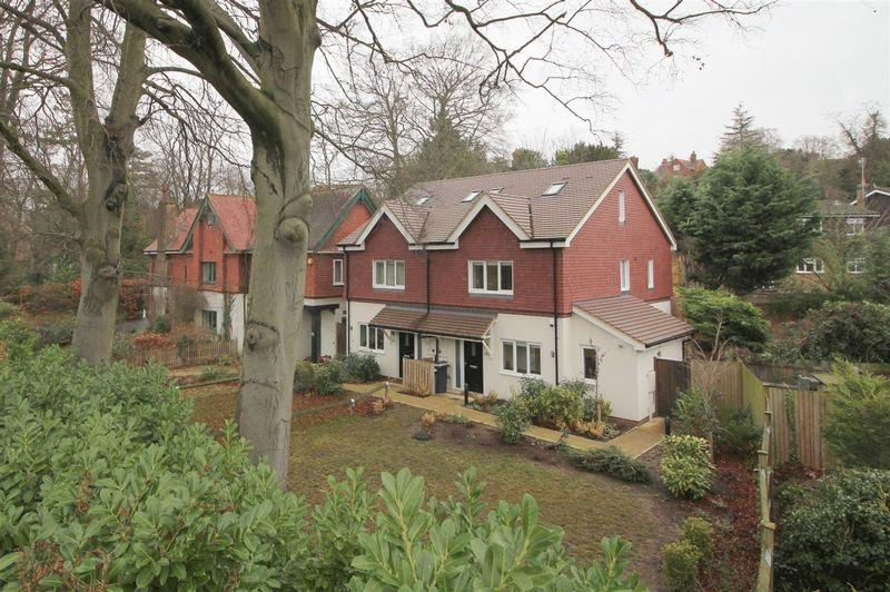3 Bedrooms Semi Detached House for sale in Sanderstead Road, South Croydon