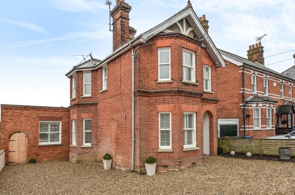 4 Bedrooms Detached House for sale in Upper Hale Road, Farnham