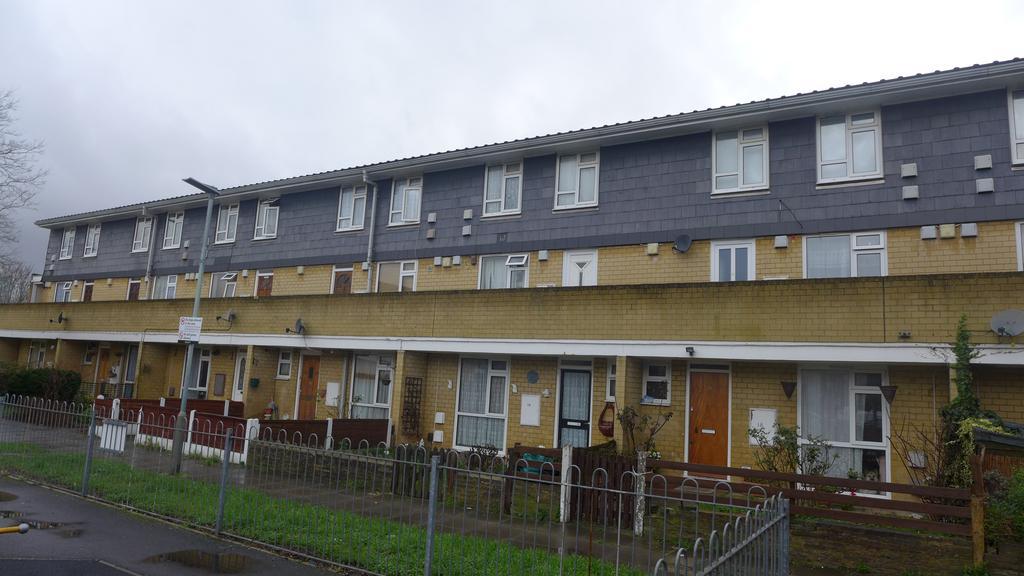 2 Bedrooms Flat for sale in Eldridge Close, Feltham