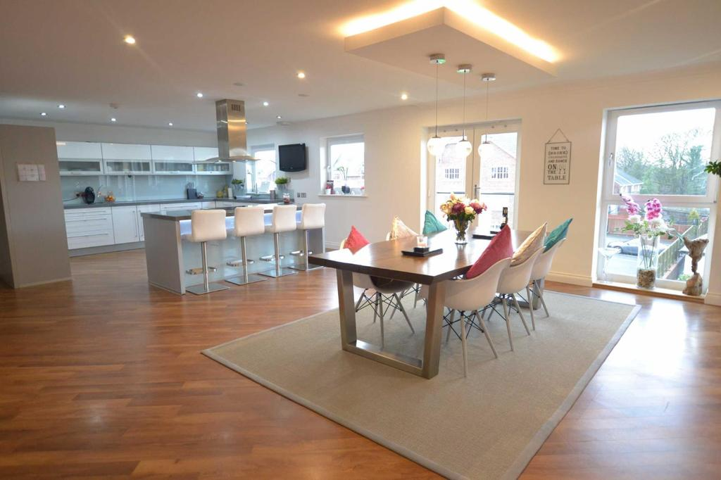 4 Bedrooms Apartment Flat for sale in Dickens Court, Brockhall Village, Old Langho, Lancashire, BB6