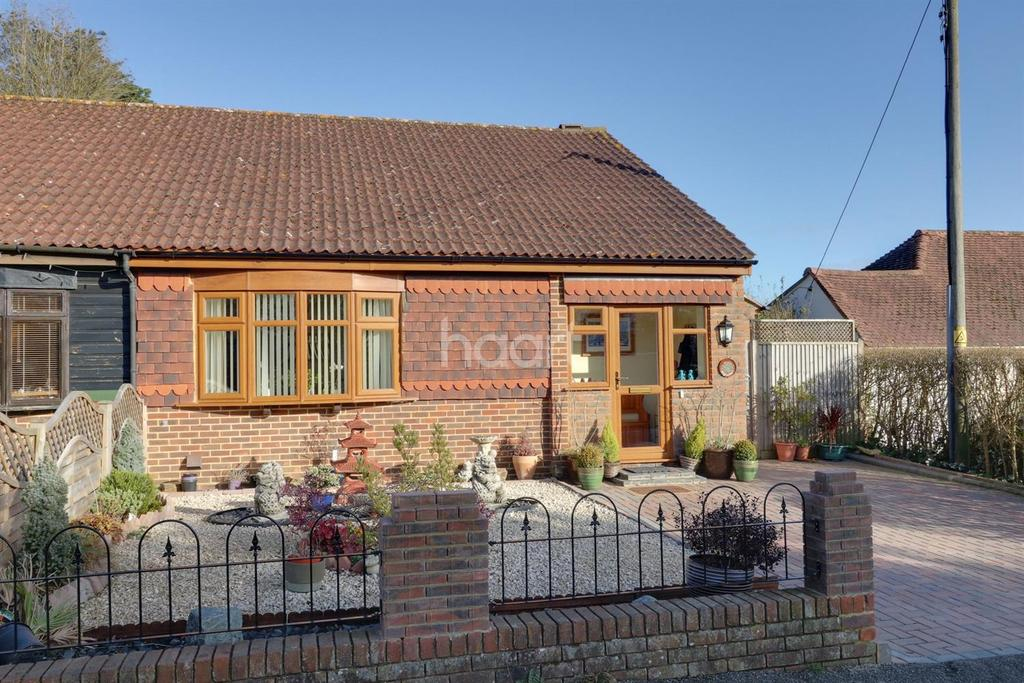 2 Bedrooms Bungalow for sale in Highlands Road, Beare Green, Dorking