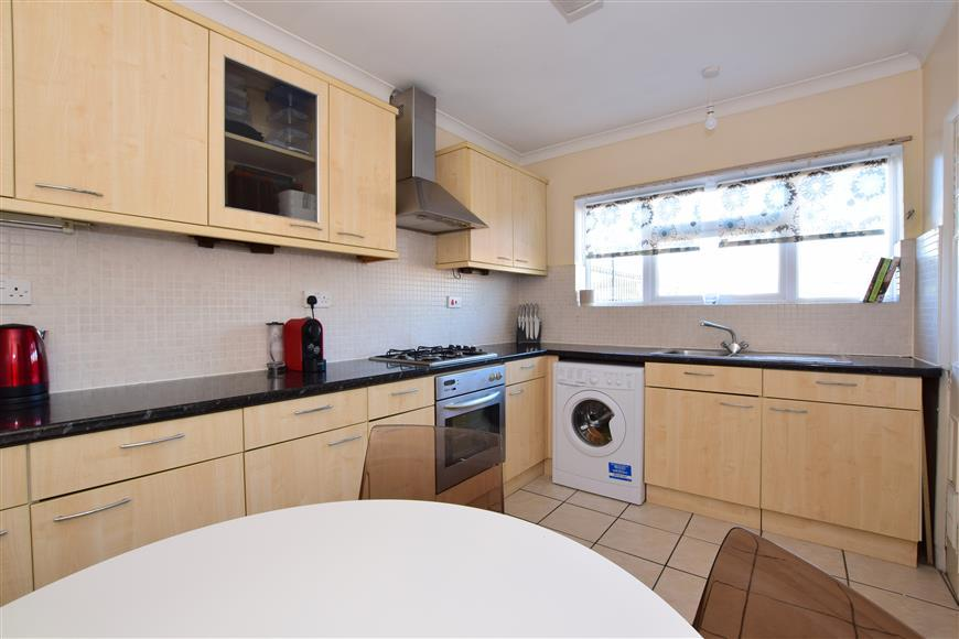 2 Bedrooms Maisonette Flat for sale in Fencepiece Road, Ilford, Essex