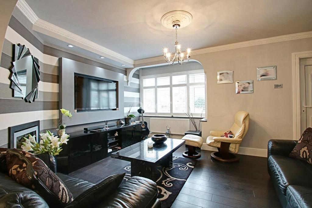 3 Bedrooms Terraced House for sale in Geneva Gardens, Chadwell Heath