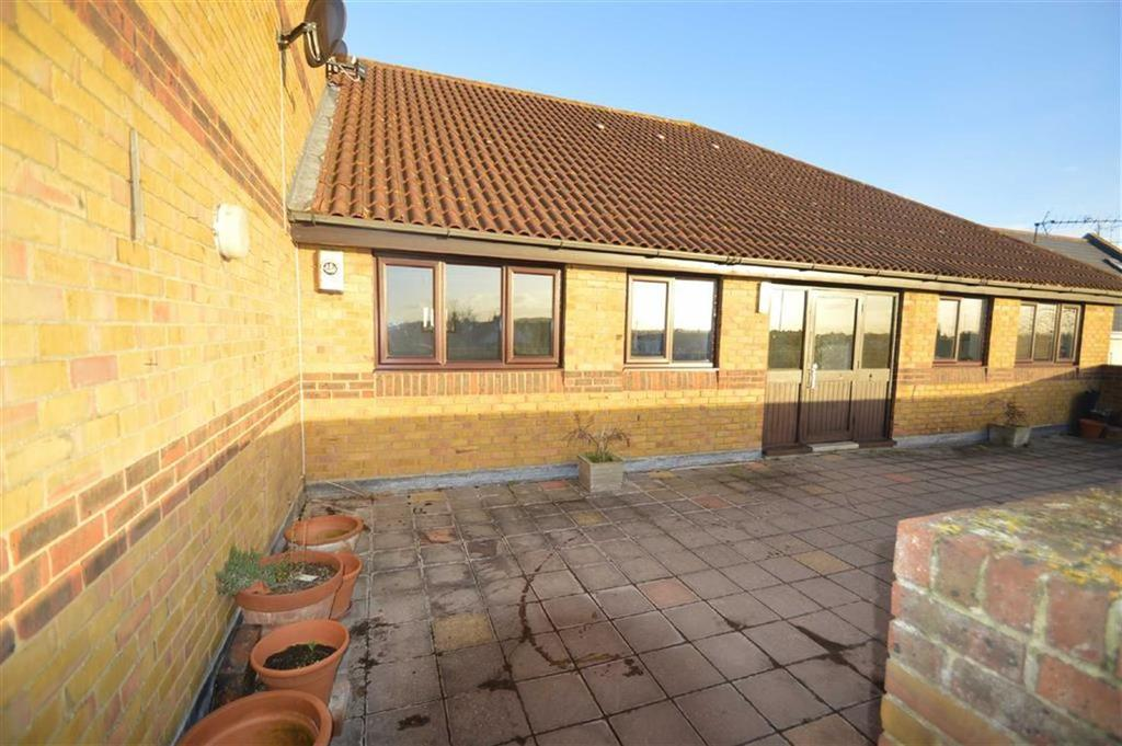 2 Bedrooms Apartment Flat for sale in Hedingham Place, Rochford, Essex