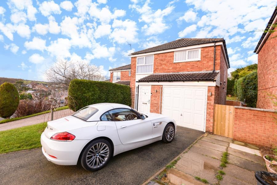 3 Bedrooms Detached House for sale in DALE PARK RISE, LEEDS, LS16 7PP