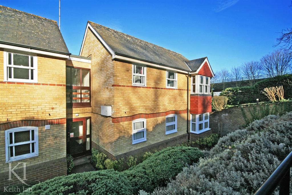 2 Bedrooms Apartment Flat for sale in Nags Head Close, Hertford