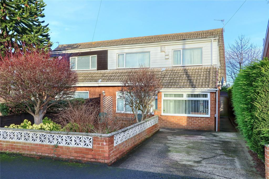 3 Bedrooms Semi Detached House for sale in Meadow Drive, Ormesby