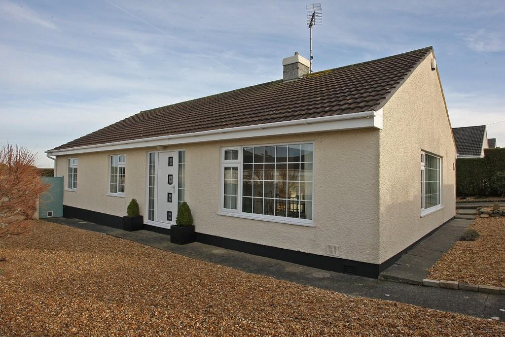 3 Bedrooms Detached Bungalow for sale in Penrodyn, Valley, North Wales