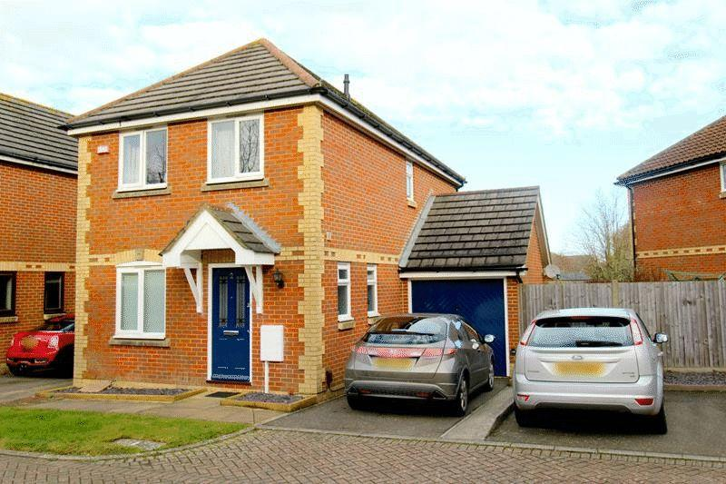3 Bedrooms Detached House for sale in Drew Place, Caterham