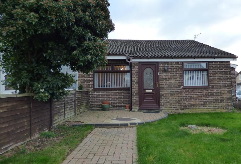 3 Bedrooms Semi Detached Bungalow for sale in St. Davids Close, Long Stratton