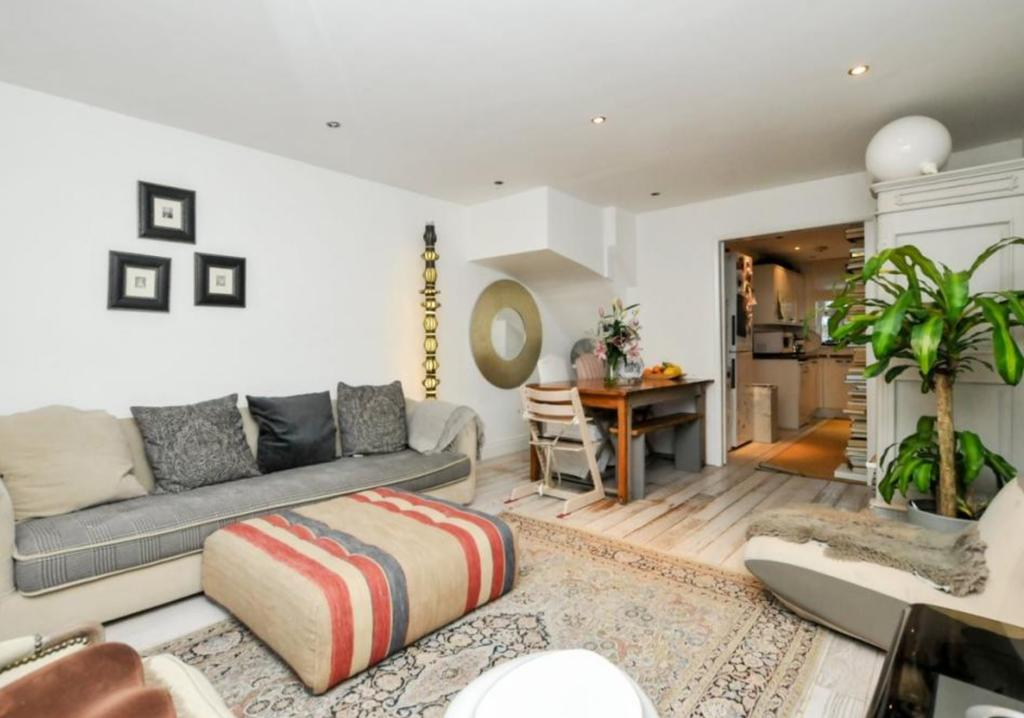 3 Bedrooms Mews House for rent in Noble Mews, Albion Road, London