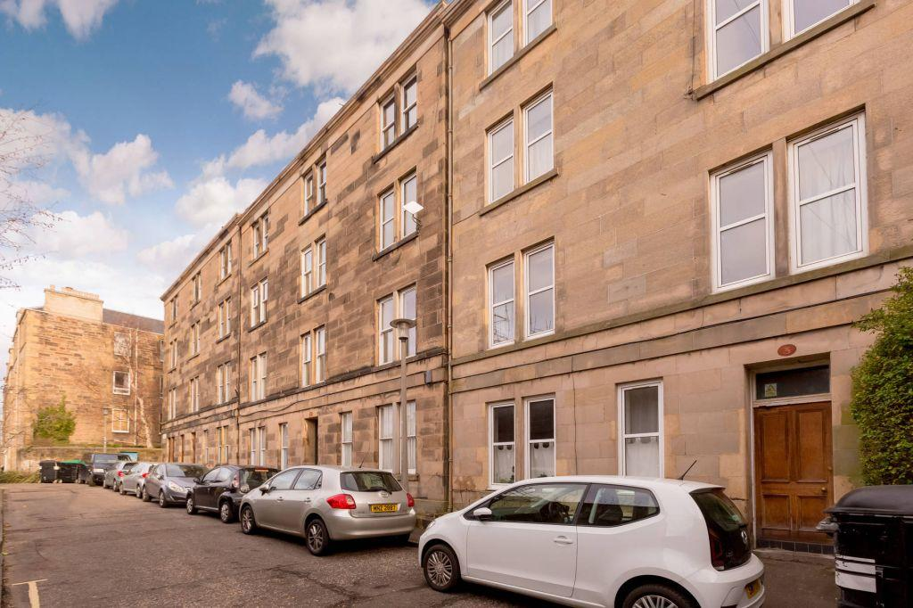 2 Bedrooms Flat for sale in 3/3 Sciennes Hill Place, Newington, Edinburgh, EH9 1NP