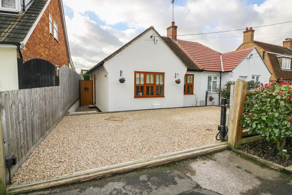 2 Bedrooms Semi Detached Bungalow for sale in Chestnut Avenue, Billericay CM12