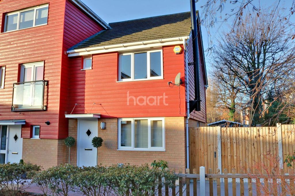 3 Bedrooms Semi Detached House for sale in Hera Close, Southend On Sea