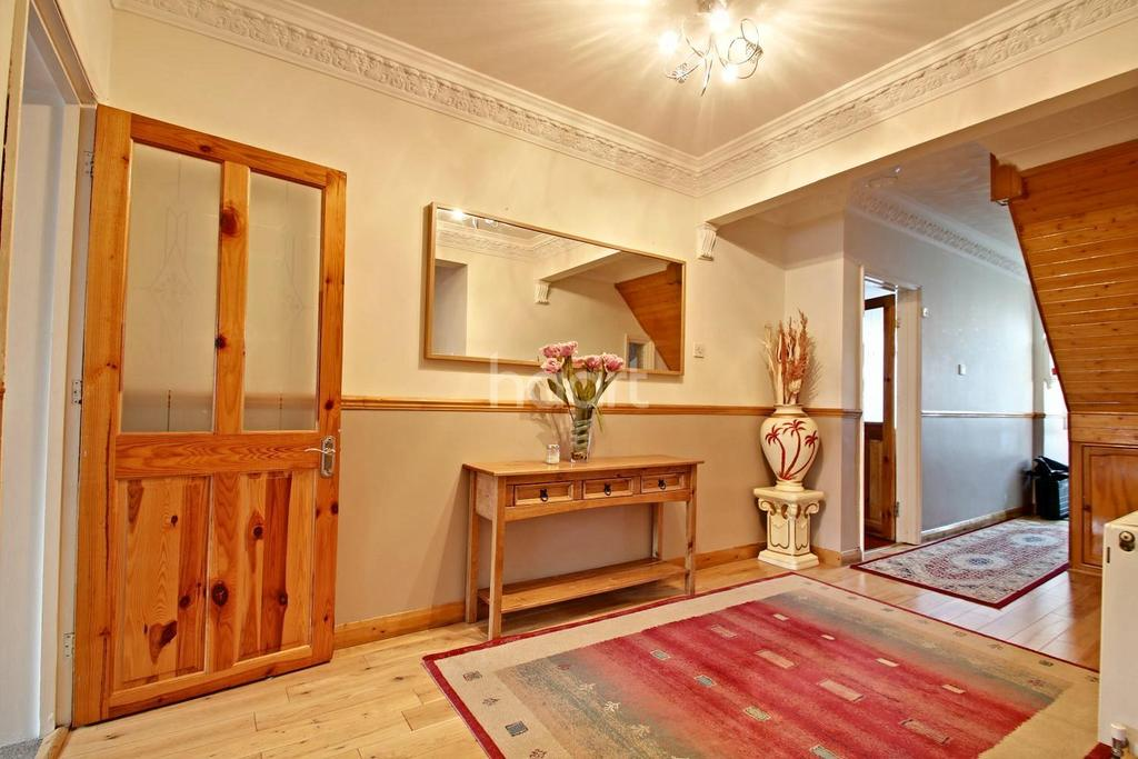 5 Bedrooms Semi Detached House for sale in Huge Family Home In Popular Area