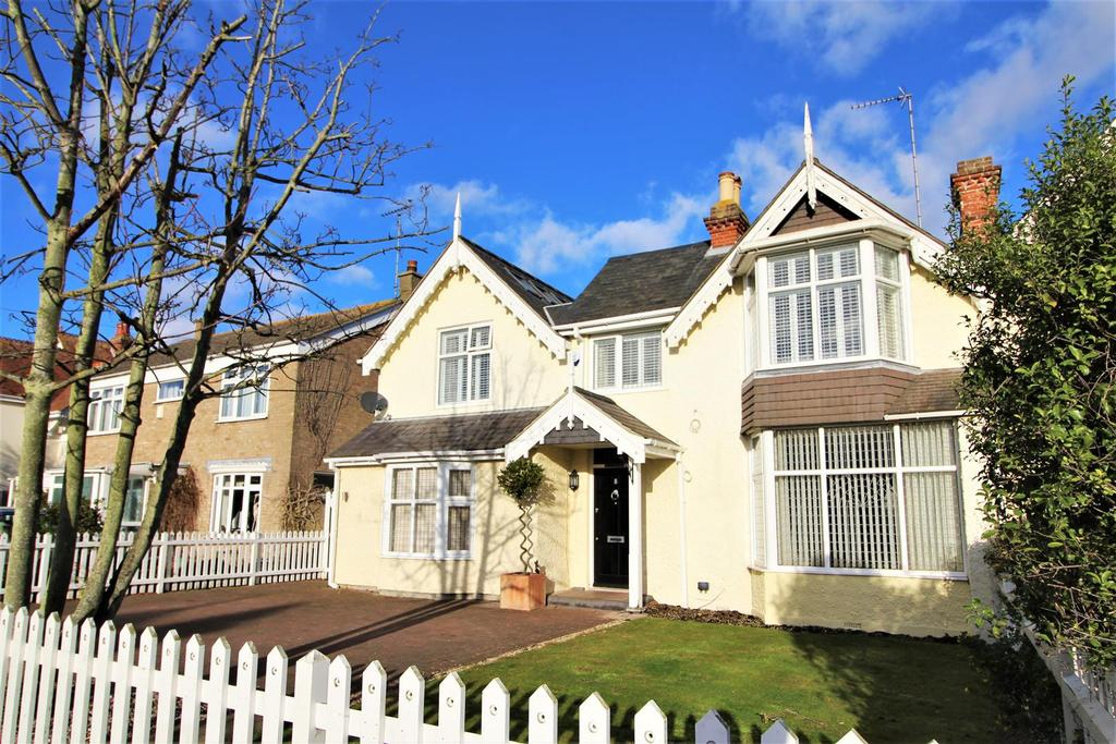 4 Bedrooms Semi Detached House for sale in Harold Grove, Frinton-On-Sea