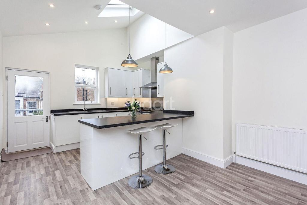 4 Bedrooms Maisonette Flat for sale in College Road, SW19