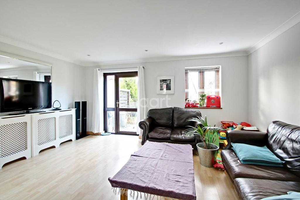 3 Bedrooms Maisonette Flat for sale in London