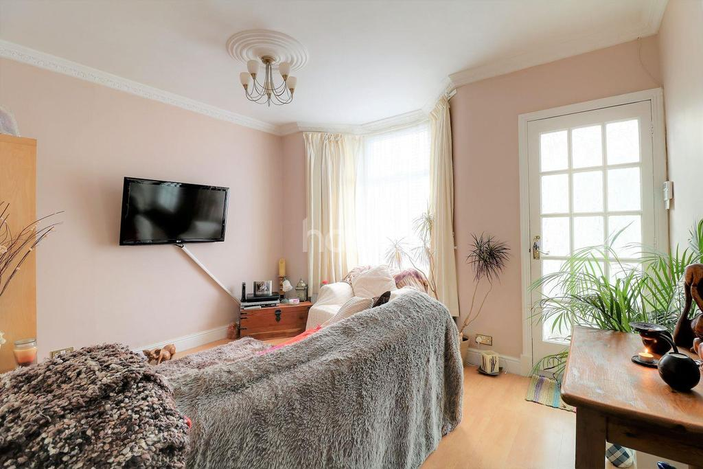 2 Bedrooms Terraced House for sale in Blenheim Road, London, E15