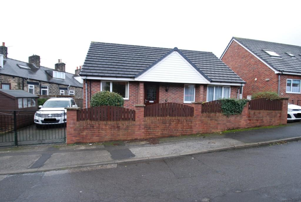 2 Bedrooms Detached Bungalow for sale in Thoresby Avenue, Monk Bretton, Barnsley S71