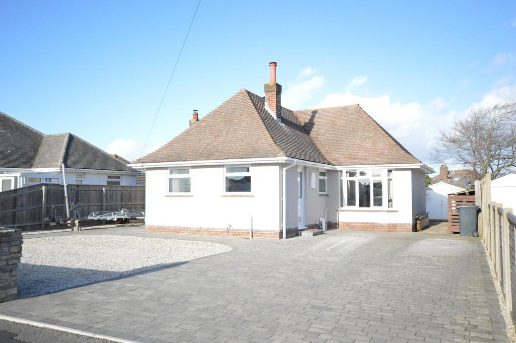 3 Bedrooms Detached Bungalow for sale in Seafield Close, Barton On Sea, New Milton
