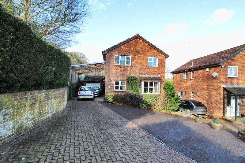 4 Bedrooms Detached House for sale in St Michaels Close, Crowborough, East Sussex